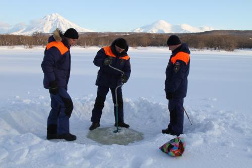 Инспекторы проверили, выдержит ли лед крещенских купальщиков. Фото: ЦУКС ГУ МЧС России по Камчатскому краю