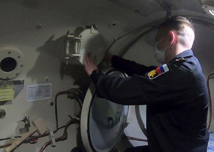 Военные врачи на Камчатке лечат больных коронавирусом при помощи барокамеры