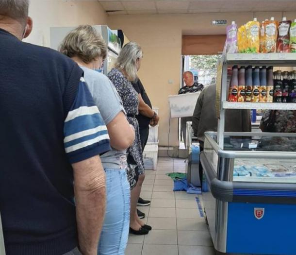 Фотофакт: очереди за «бюджетной» горбушей в магазинах Камчатки