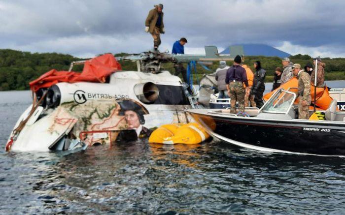 На Камчатке со дна Курильского озера подняли утонувший вертолет Ми-8. Фото ГУ МЧС России по Камчатскому краю