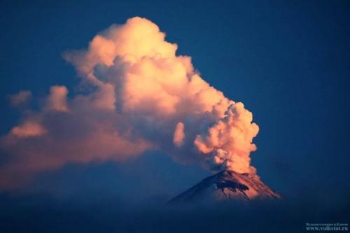 Ключевской вулкан на Камчатке выбросил столб газа с пеплом на 5,5 км