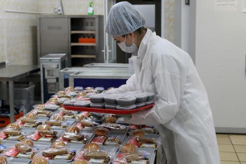 Курицу или рыбу? Аэропорт на Камчатке накормит одиноких пенсионеров