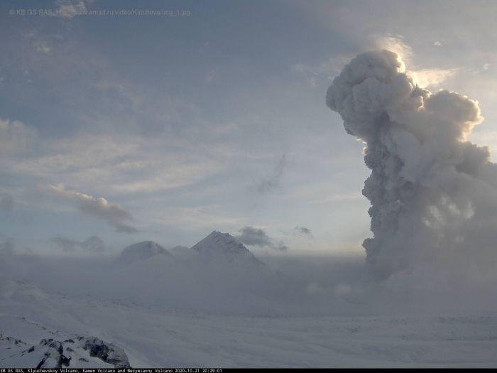 На Камчатке Безымянный вулкан выбросил столб пепла на 10 км (Видео). Веб-камера КФ ГС РАН