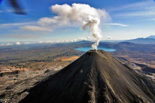 Вулкан Карымский выбросил столб пепла высотой 5 км