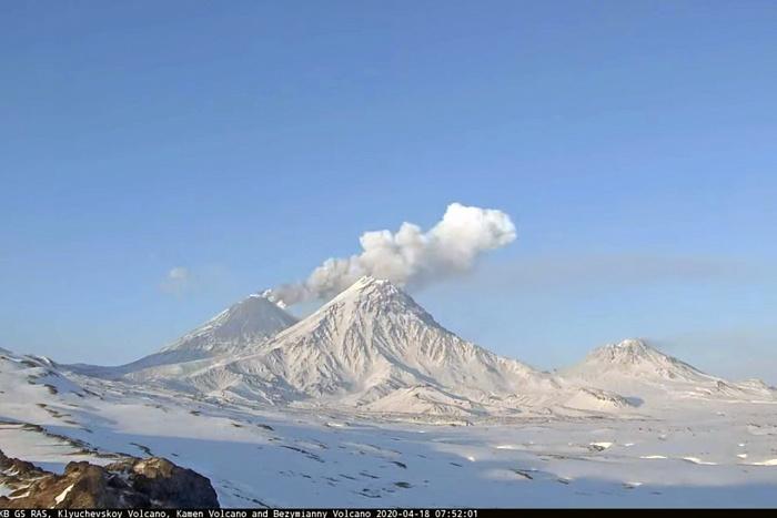 С Ключевского вулкана на Камчатке сходят мощные потоки лавы